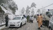 Cấm nhiều đường săn tuyết, 'hành xác' đi bộ lên Sa Pa