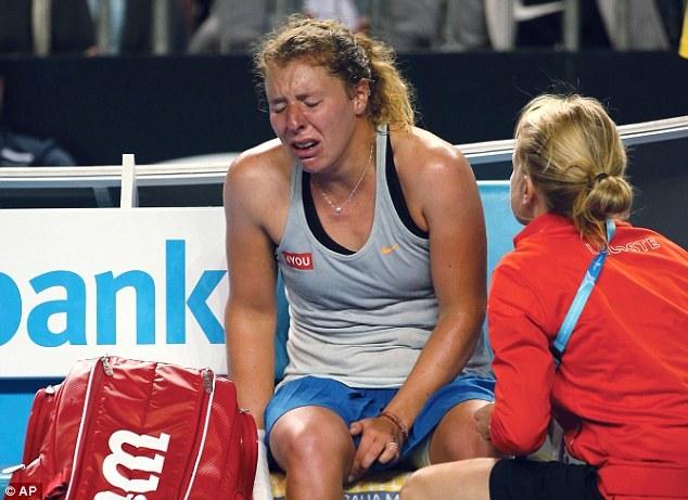 Nữ tay vợt khóc nức nở vì bị chuột rút ở Australian Open