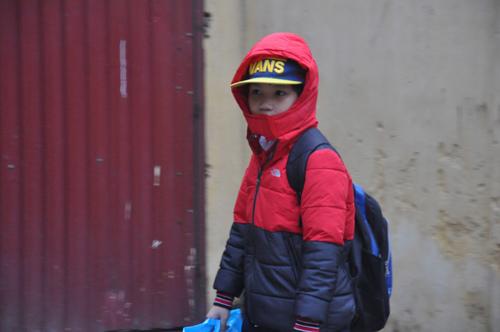 Học sinh co ro đến trường trong giá rét