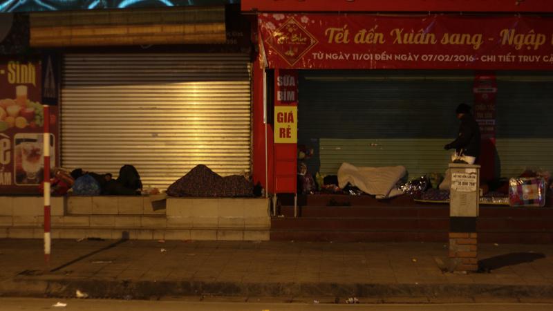 Hà Nội đại rét, dân ngủ 'lộ thiên' giữa phố
