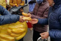 Xuyên đêm phát chăn ấm, bánh mỳ cho người vô gia cư