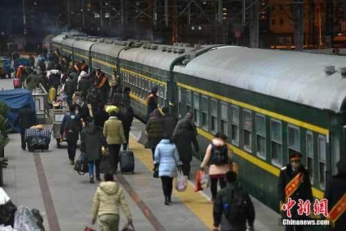 Hình ảnh dân TQ bắt đầu cuộc di cư lớn nhất trong năm
