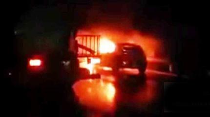 Ô tô bốc cháy dữ dội trên đường cao tốc Hà Nội - Lào Cai