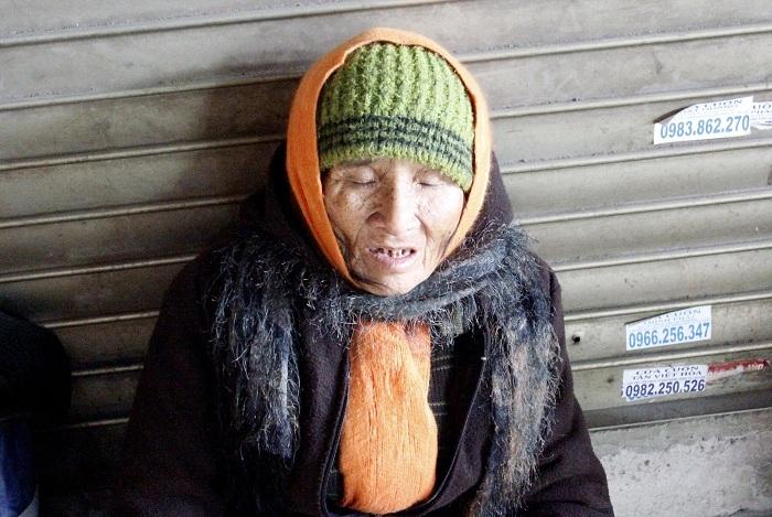 """Hà Nội: Người vô gia cư khóc rưng rức giữa phố vì bị """"cướp"""" sữa"""