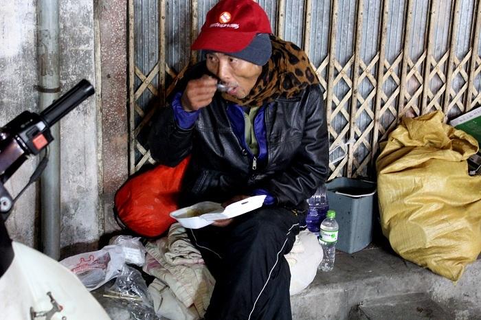 Người vô gia cư khóc rưng rức giữa phố HN vì bị 'cướp' sữa
