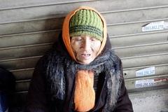 """Người vô gia cư khóc rưng rức giữa phố HN vì bị """"cướp"""" sữa"""