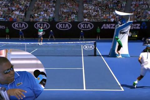 Federer trả giao bóng khiến trọng tài phát khiếp