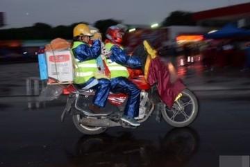 Đi xe máy 7 ngày đêm để về quê ăn Tết