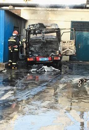 Đốt lửa sưởi nóng để nổ máy, tài xế hóa vàng xe cùng hàng hóa
