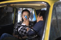 Trường Giang tình tứ với Angela Phương Trinh trong taxi