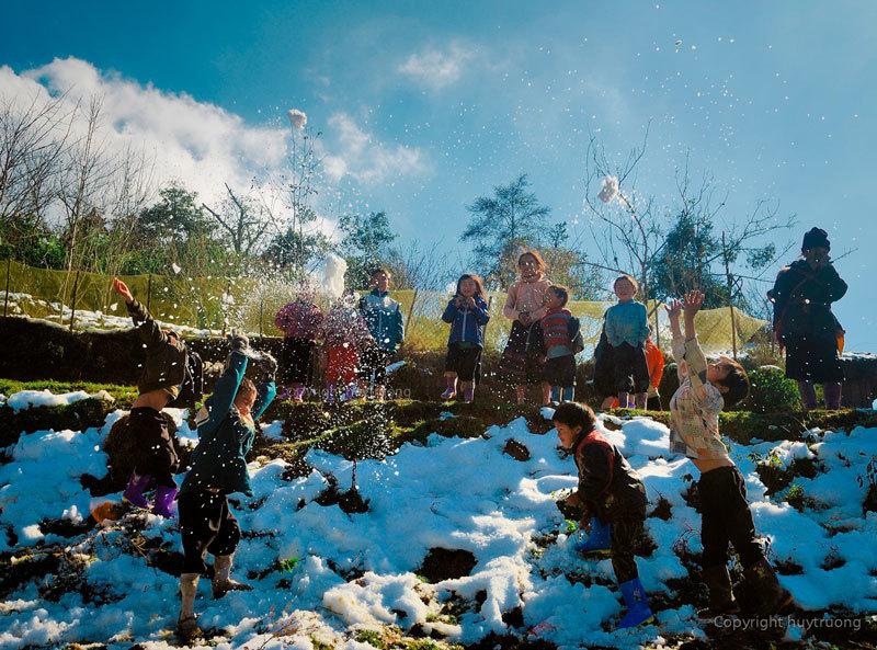 Hình ảnh học sinh Sa Pa nô đùa trên băng tuyết kỷ lục