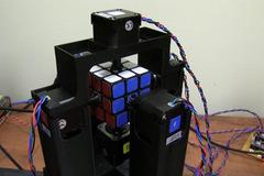 Xem robot trổ tài giải rubik trong 1 giây