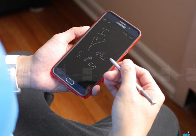 Điện thoại đắt tiền khác 'dế' giá rẻ ở điểm nào?