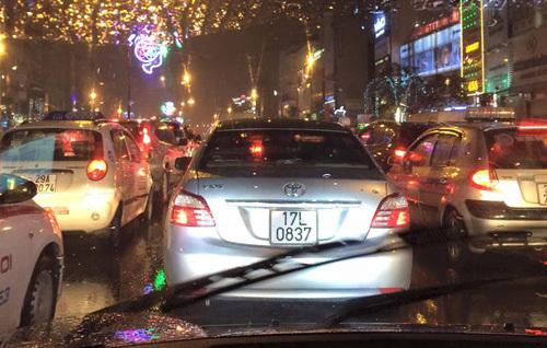 Hà Nội: 'Chết đứng' giữa đường vì mưa rét
