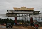 Huyện nghèo xây cổng chào tiền tỷ