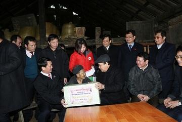 Phó Thủ tướng Nguyễn Xuân Phúc động viên đồng bào sau đợt rét kỷ lục