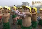 Video cha mẹ Nhật cho con nhỏ cởi trần chạy dưới trời lạnh 4 độ C gây sửng sốt