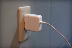 Apple thu hồi sạc máy Mac, iPad có nguy cơ gây giật điện