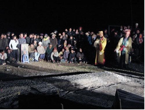 Rợn người lễ hội leo gươm, lội than hồng ở Quảng Ninh