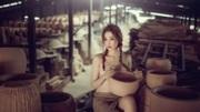 Cộng đồng mạng 'nổi bão' vì bộ ảnh ngực trần trong xưởng gốm của hot girl Bến Tre