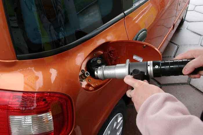 20160130085824 do xang Đổ xăng sai loại có thể gây nổ động cơ. Thậm chí piston có thể bị thủng do dùng sai xăng