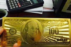 Bỏ 100 USD tiền thật mua 100 USD tiền giả mừng tuổi Tết