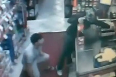 Tên cướp có súng bất ngờ bị hạ gục