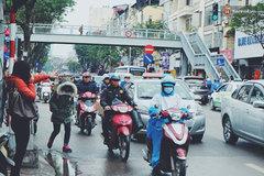 Đứng 30 phút dưới mưa lạnh không đón nổi taxi