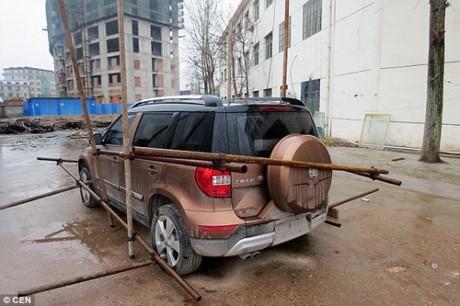 Công nhân giam ô tô của sếp đòi tiền thưởng Tết