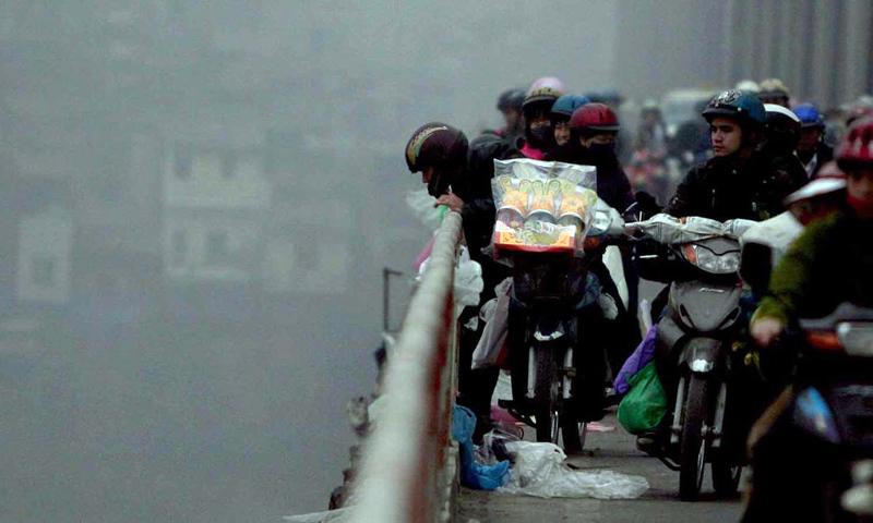 Hà Nội: Thả cả thùng cá chép phóng sinh xuống sông Hồng