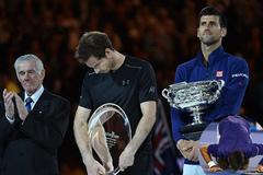 Buộc Murray cúi đầu, Djokovic hôn mặt sân Melbourne