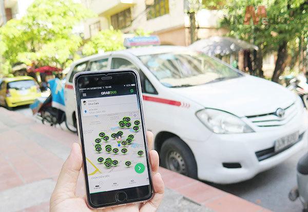 Xăng giảm, Uber, Grab lại đua tăng cước