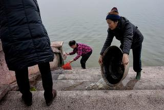Tiễn Táo quân, hội phụ nữ khốn khổ dọn rác