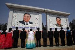 Để ảnh lãnh đạo Triều Tiên bám bụi là 'phản quốc'