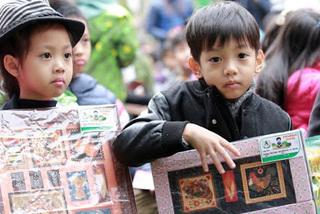 Con trai Hồ Ngọc Hà mua tranh 1 triệu đồng