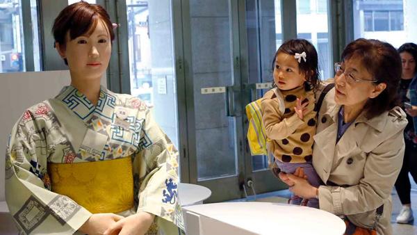 Sự 'đáng gờm' của hotgirl robot xinh đẹp