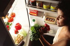 Những thực phẩm nên và tránh tích trữ trong tủ lạnh