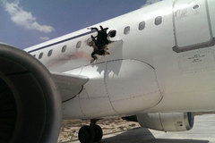 Hãi hùng máy bay đang bay bị thủng