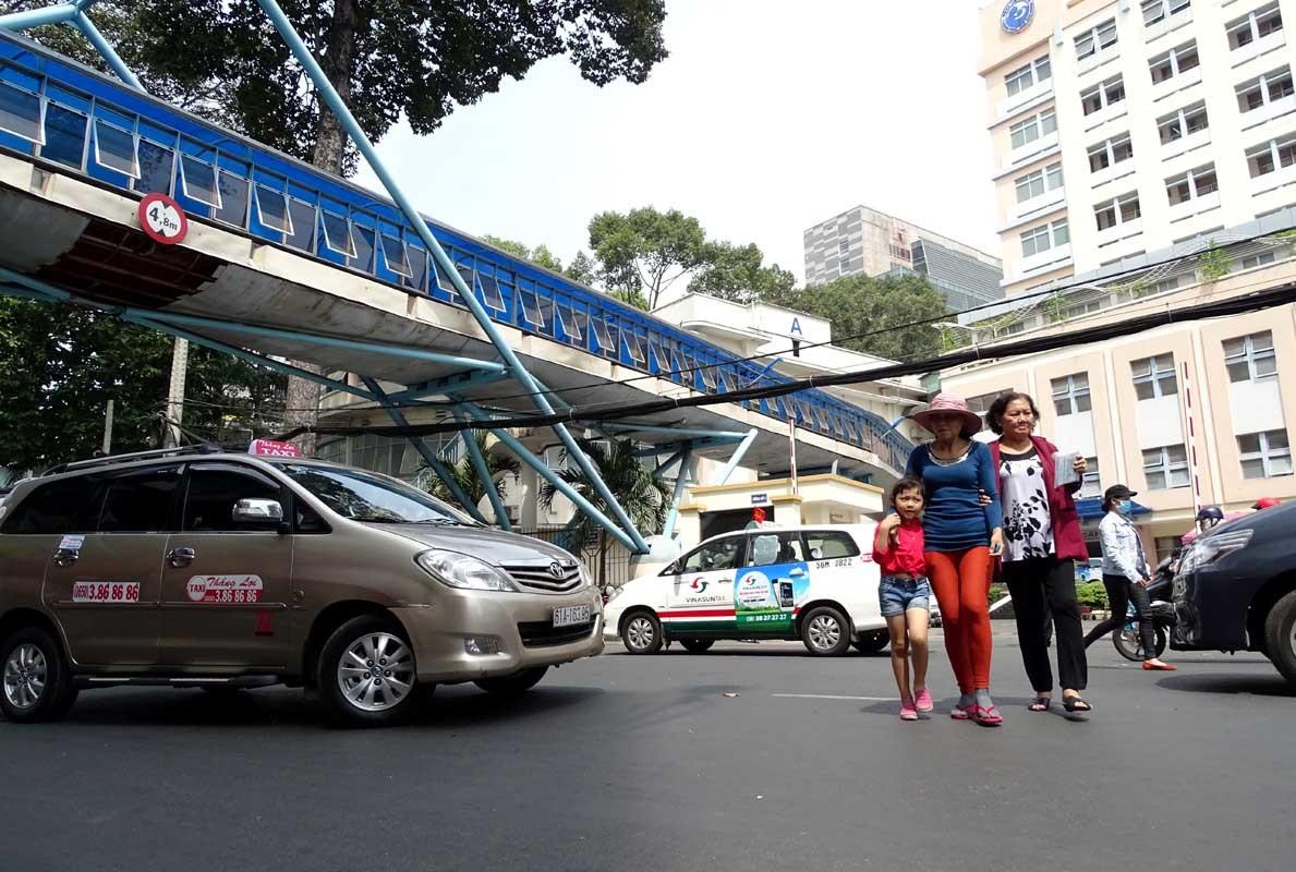 Đi bộ kiểu 'tự sát' giữa Sài Gòn