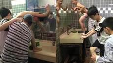 Du khách TQ gây sốc khi tắm cho con trong bồn rửa mặt
