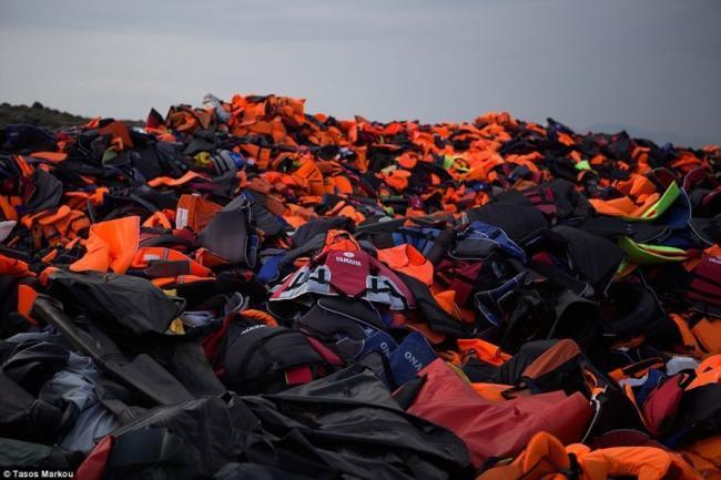 """""""Sốc"""" với núi áo phao cao ngất người tị nạn bỏ lại"""