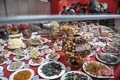 Bàn đại tiệc trăm món bằng đá quý giá gần 10 tỷ đồng