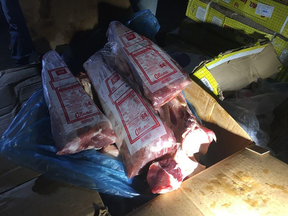 Giòi lúc nhúc trong thùng thịt trâu 'hô biến' thành thịt bò
