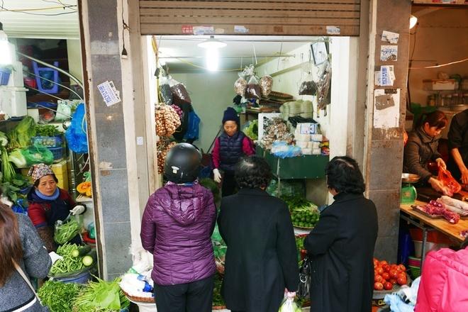 Tấp nập sắm Tết ở khu chợ 'đắt' nhất Hà Nội