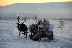 Cận cảnh lính Nga cưỡi tuần lộc tập trận giữa băng giá