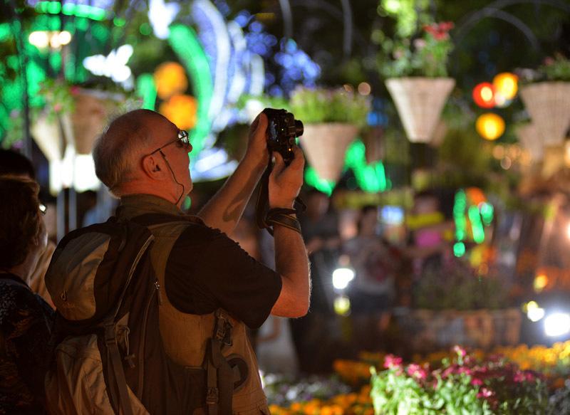 Ông Đinh La Thăng dạo đường hoa, chụp selfie với người Sài Gòn