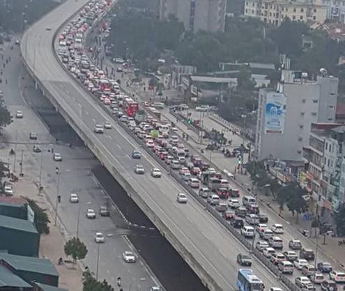 Tai nạn trên cao tốc Pháp Vân, tắc hàng chục km