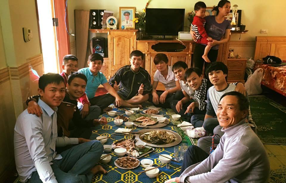 Image result for bữa cơm gia đình việt dưới ánh đèn lung linh