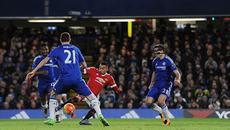 M.U đánh rơi chiến thắng trên sân Chelsea