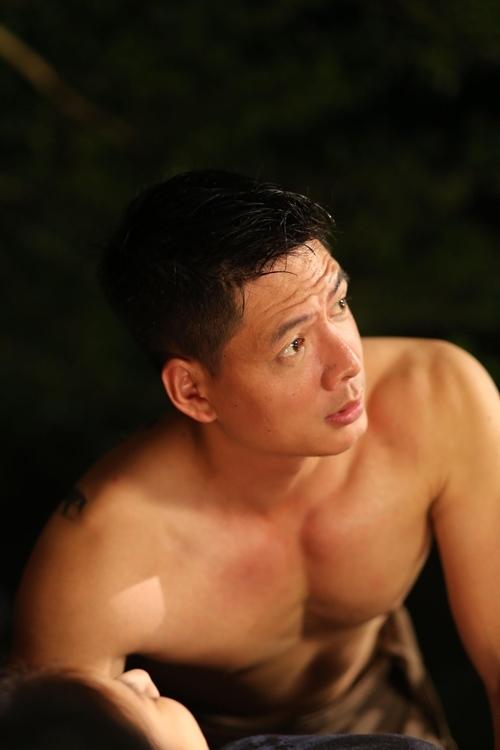 Chết cười xem Bình Minh bán nude bị Việt Hương siết cổ, ngồi đè